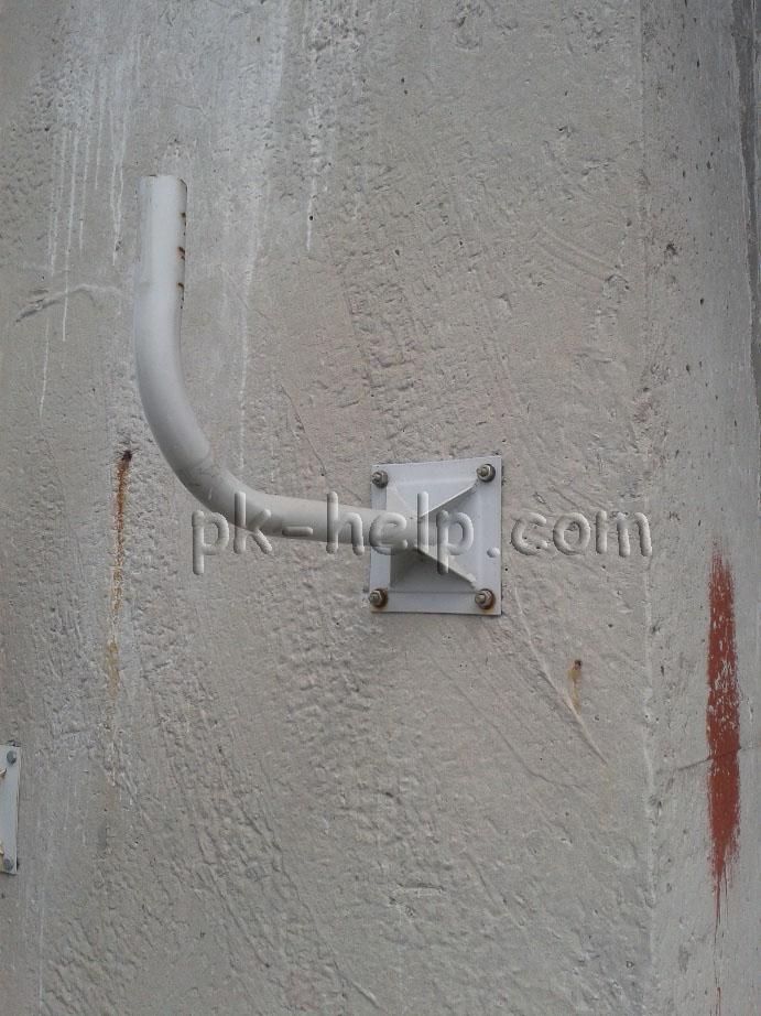 Фото Прикрепленный к стене кронштейн